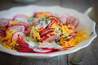 Ředkvičkový salát s čedarem a koprovým podmáslím
