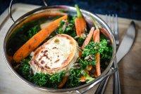 Kadeřávkovo-mrkvový salát s grilovaným kozím sýrem